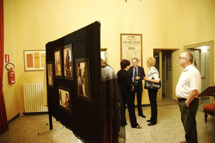 Osimo, Foyer del Teatro La Nuova Fenice – 27 maggio 2011. Un percorso espositivo che unisce le immagini scolpite dall'obiettivo dei fotoamatori del Circolo fotografico Avis M.Giacomelli e i costumi di scena realizzati per le rappresentazioni operistiche allestite dall' Accademia d'Arte Lirica di Osimo.