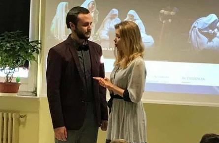 """21 novembre i solisti dell'Accademia d'Arte Lirica incontrano gli alunni della scuola primaria Montessori di Castelfidardo nell'ambito del progetto """"Nessun parli"""". Grande entusiasmo e partecipazione da parte del giovane pubblico."""