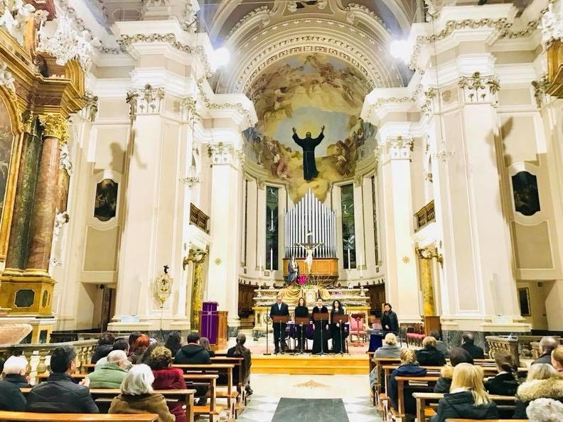 Basilica San Giuseppe da Copertino di Osimo, venerdì 9 marzo,Una serata piena di pathos e raccoglimento nel concerto che solisti dell'Accademia d'Arte Lirica, accompagnati al pianoforte da Alla Simoni, hanno per commemorare la Quaresima con canti e letture del periodo liturgico.